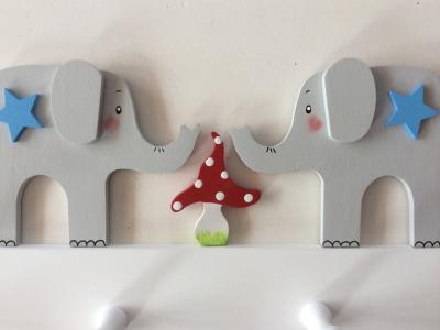 Kindergarderobe mit Elefanten und Fliegenpilzen Mit