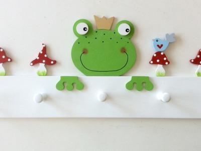 Kindergarderobe mit Frosch und Fliegenpilzen
