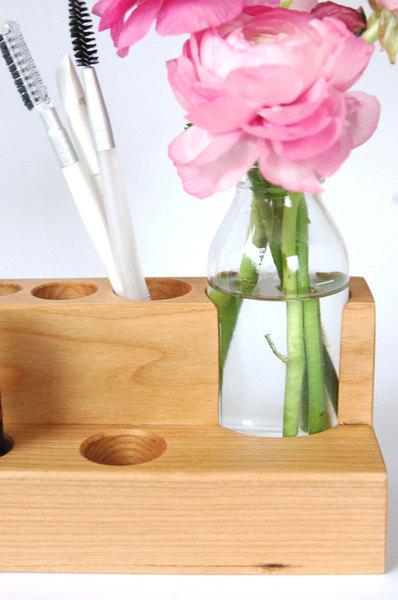 2 Kosmetikstaender mit Blumenvase in Kirschbaum