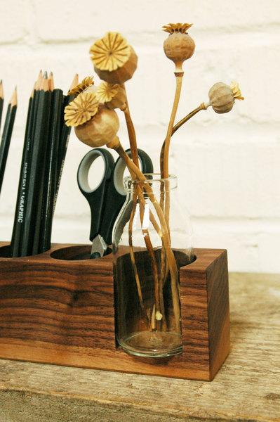 1 Stifthalter mit Vase und Kartenhalter in Nuss