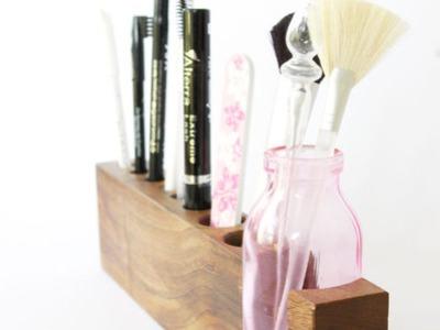 3 Kosmetikständer mit Blumenvase in Nussbaum
