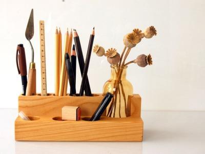 Stifthalter mit Blumenvase in Kirsche