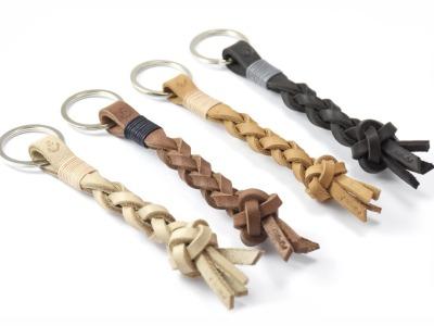 Schluesselanhaenger BRUNO - Aus feinem hochwertigen Latigoleder handgeflochtener Schluesselanhaenger mit individualisiertem Symbol