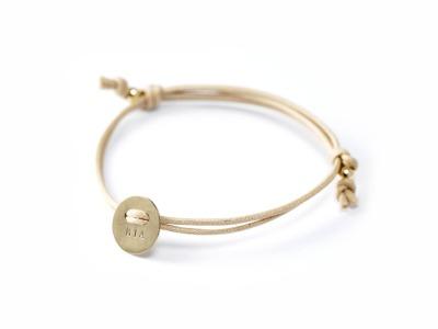FamilyCharm Button GOLD - Exklusives, goldenes, indivdualisierbares Armband, 585er Gold, mit handgestempeltem Text, Daten und Symbolen