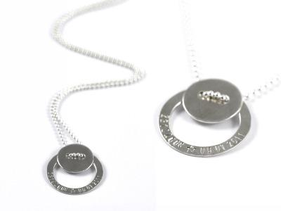 FamilyCharm Kette LOTTE - Individualisierte Halskette mit handgestempeltem Namen, Spitznamen, Geburtsdatum, Geburtsgewicht oder Wunschtext, 925er Silber