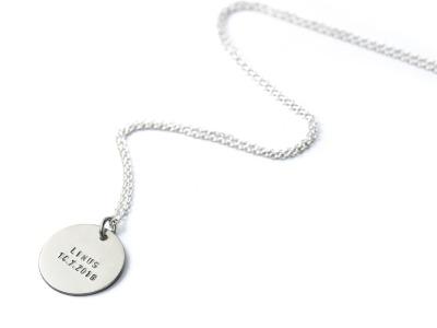 FamilyCharm - Anhaenger und Kette CLASSIC MAXI - Individualisierte Halskette mit handgestempeltem Namen Spitznamen Geburtsdatum Geburtsgewicht oder Wunschtext 925er Silber