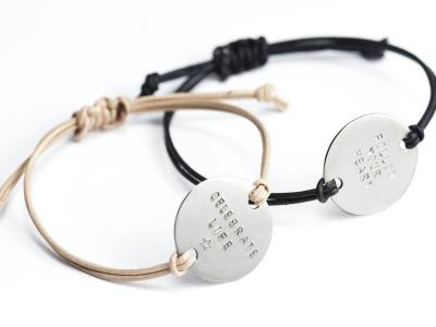 FamilyCharm MAXI - Namens- Geburts- Sprucharmband - Indivdualisierbares Armband 925er Silber mit handgestempeltem Wunschnamen Spitznamen Geburtsdatum oder Geburtsgewicht