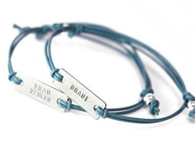 FamilyCharm Square - Namens- Geburts- Spruchband - Indivdualisierbares Armband 925er Silber mit handgestempeltem Wunschnamen Spitznamen Geburtsdatum oder Geburtsgewicht