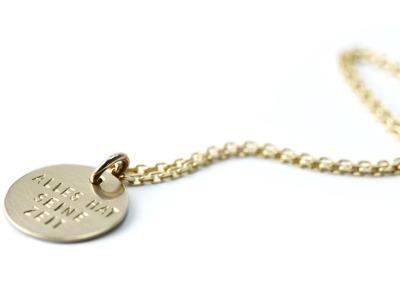 FamilyCharm - Anhaenger und Kette CLASSIC GOLD - Individualisierte Halskette mit handgestempeltem Namen Spitznamen Geburtsdatum Geburtsgewicht oder Wunschtext 585er Gelbgold