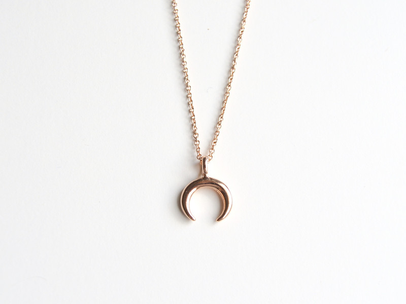 New in Tiny Crescent Moon Kette ros vergoldet