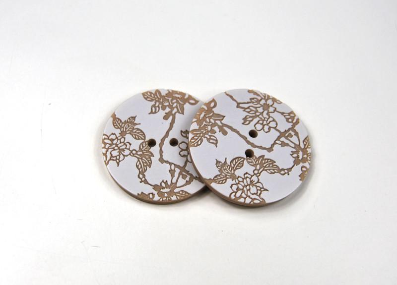 Knöpfe - 2 Stück: Weiß auf Beige mit Blumen
