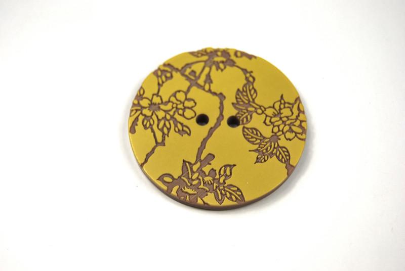 Knoepfe - 2 Stueck Senfgelb auf Braun mit Blumen