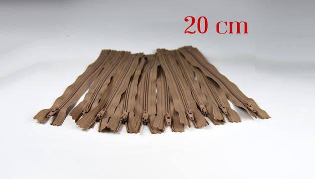 10 x 20cm milchkaffeefarbene Reissverschluesse