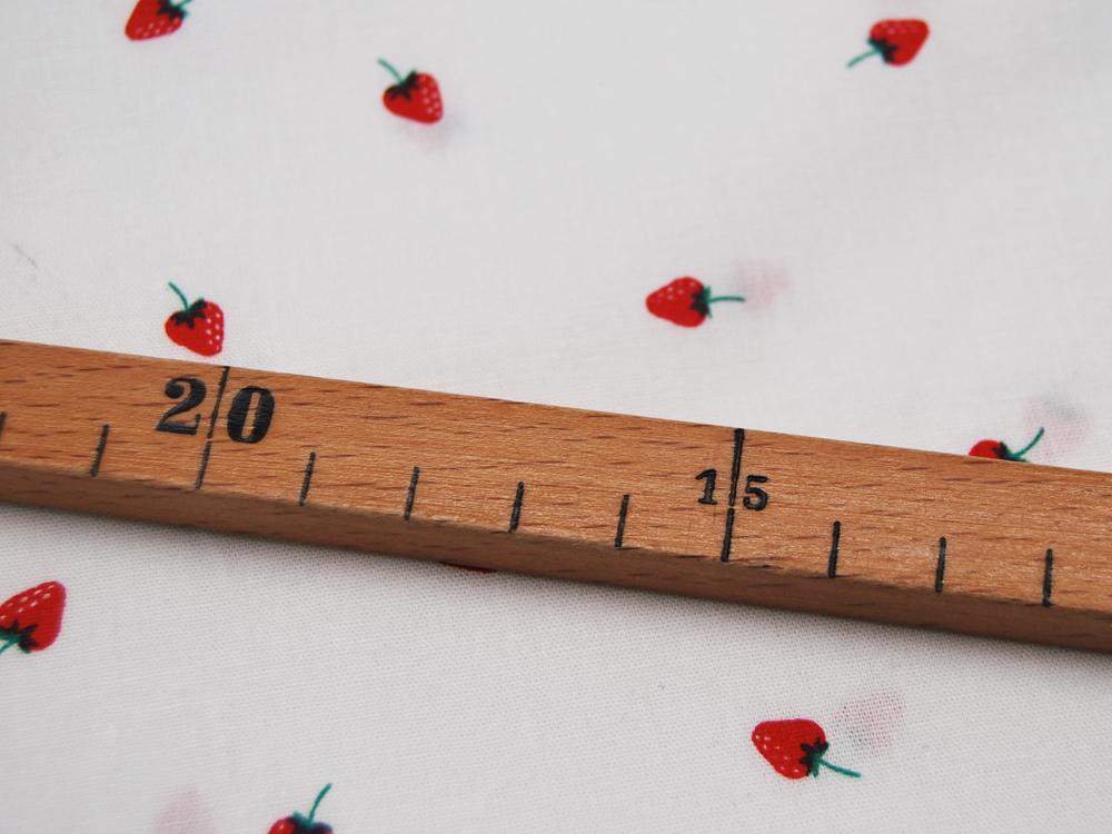 Mini Strawberry Erdbeeren auf Weiß Baumwolle