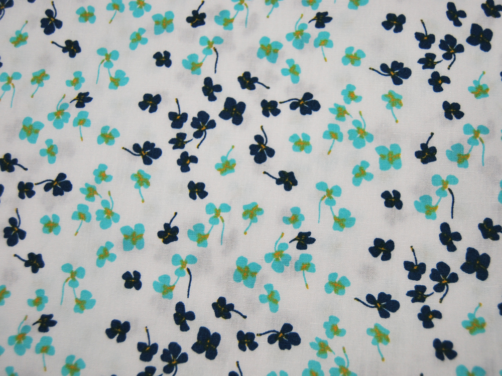 Blumenmuster in Petrol-Hellblau auf Weiß Baumwolle