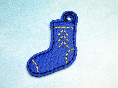Schlüsselanhänger blaue Socke mit gelbem Stick