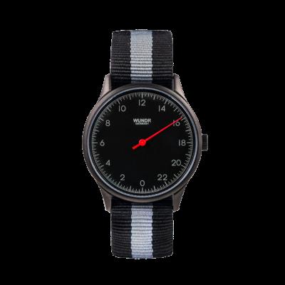 24 Std. WUNDRWATCH BLACK Nato Black/Grey - Zeit neu definieren ganz natuerlich. Die Uhr aus dem Hause Wundr ist etwas ganz besonderes. Die Wundrwatch hat nur einen Zeiger und zeigt die 24 Std. des Tages auf dem Zifferblatt.