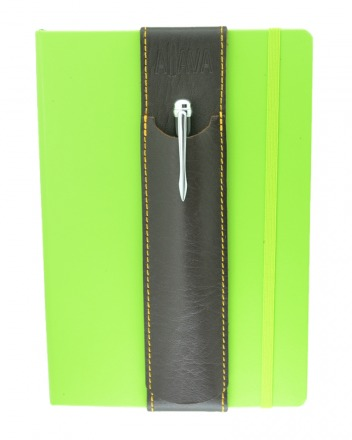 ALjAVA Louis Rindspaltleder: Braun, Naht: Gelb - Mit dem ALjAVA Louis sind die Stifte an deinem A5-Notizbuch immer griffbereit