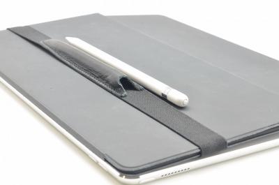ALjAVA Fred Ziegenglattleder Schwarz - Mit dem ALjAVA Fred ist der Apple Pencil an deinem iPad immer griffbereit