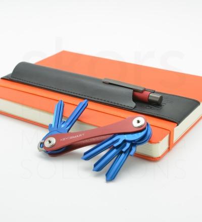 KeySmart Aljava A5-Stiftehalter in Kunstleder Farbe: Schwarz mit schwarzer Naht - 1x KeySmart 2.1 nach Wahl 1x Aljava A5 Kunstleder Schwarz