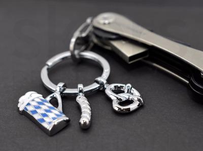 Schlüsselanhänger Oktoberfest - Oktoberfest-Schlüsselanhänger, mit 3 typisch bayrischen Anhängern: Weißwurst, Brezel und Bierglas, Metallguss/Emaille, glänzend verchromt, blau/weiß
