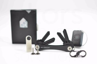 Special Kaelo - 1 x Exentri Wallet mit RFID Schutz in Nubuck Black 1 x USB Stick 8 Gigabyte 1 x Erweiterung Nr. 1 1 x Quick Connect Lock in Schwarz nach Verfuegbarkeit und einem Troika Schluesselfinder.