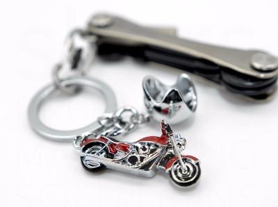 Schluesselanhaenger Key Cruiser rot oder blau - Der Key Cruiser ist fuer alle Motorrad fans die das Cruisen lieben. Der Key Cruiser kommt als Schluesselanhaenger mit 2 Anhaengern Einem Motorrad und einem Helm. Produziert ist er aus Metallguss und er ist blau/glaenzend verchromt. Der Scheinwerfer hat einen Swarovski Stein. MADE WITH SWAROVSKI ELEMENTS