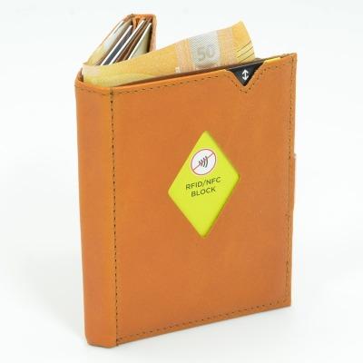 Exentri Wallet COGNAC mit RFID-Schutz - Dieses stylische Mini-Wallet hat einen RFID/NFC-Schutz und es erlaubt Ihnen Geldscheine und Karten muehelos und sehr uebersichtlich zu verwalten.