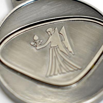 Personalisierbarer Schlüsselanhänger Jungfrau Initialien AA bis ZZ - Mit dem personalisierbaren Schlüsselanhänger bieten wir Euch einen Schlüsselanhänger mit gewünschten Initialien Buchstaben A bis Z und dem dargestellten Design.