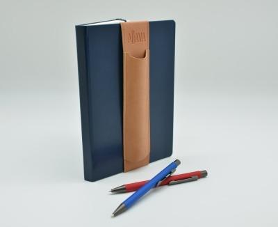 ALjAVA Louis Kunstleder: Beige, Naht: Braun - Mit dem ALjAVA Louis sind die Stifte an deinem A5-Notizbuch immer griffbereit