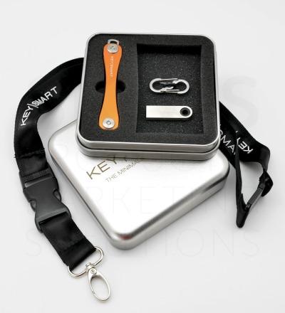 Bday-Special KeySmart 2.1 Paket 16 GB - 1x KeySmart 2.1 nach Wahl 1x Geschenkdose 1x Lanyard 1x USB-Stick 16 GB Silber 1x Quick Connect Lock Schwarz
