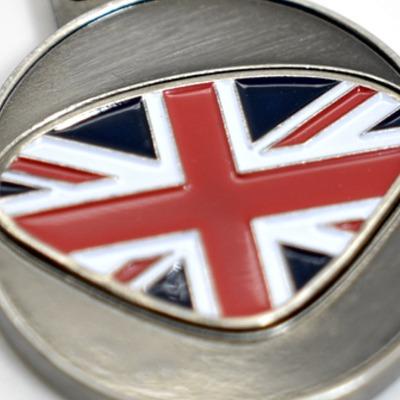 Personalisierbarer Schlüsselanhänger UK Initialien AA bis ZZ - Mit dem personalisierbaren Schlüsselanhänger bieten wir Euch einen Schlüsselanhänger mit gewünschten Initialien Buchstaben A bis Z und dem dargestellten Design.