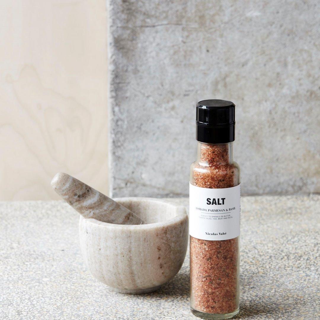 Salzmühle mit Parmesan Tomate und Basilikum