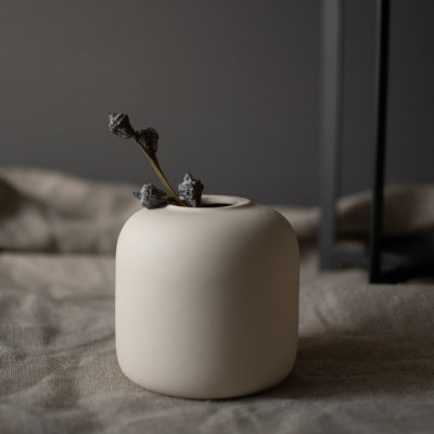 beige Vase aus matter Keramik von