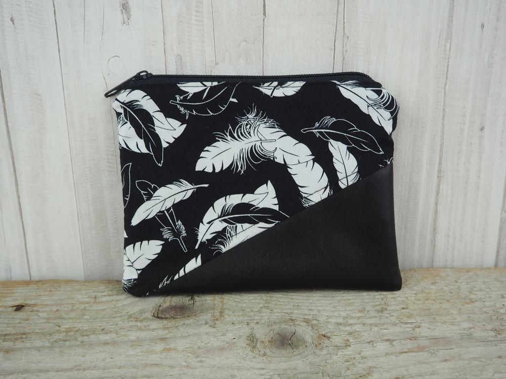 Reißverschlusstasche Kunstleder Federn schwarz