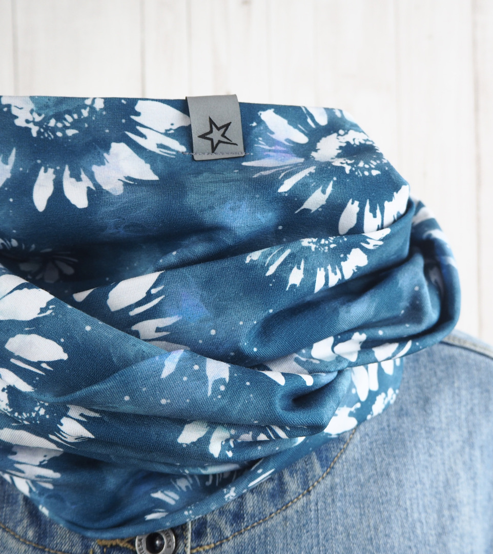 Loop Schlauschal blau mit großem Blumenmuster