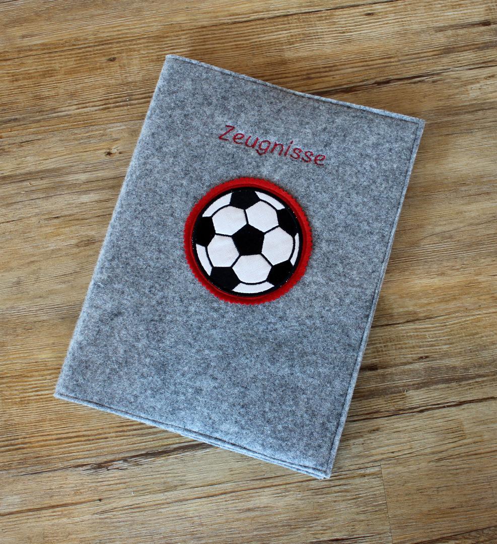 Zeugnismappe aus Wollfilz mit Fußballstickerei