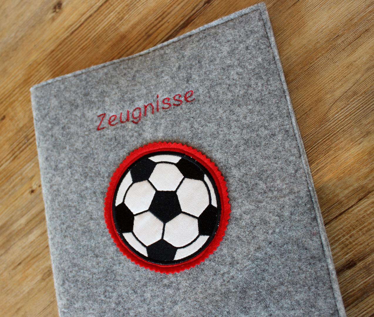 Zeugnismappe aus Wollfilz mit Fußballstickerei 2