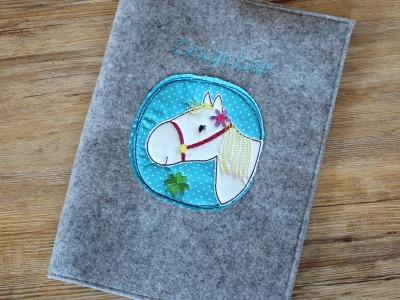 Zeugnismappe aus Wollfilz mit Pferdelstickerei - inkl. Ringbuch zum einfachen Abheften aller Zeugnisse
