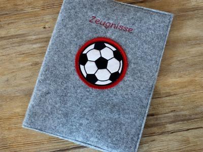 Zeugnismappe aus Wollfilz mit Fußballstickerei - inkl. Ringbuch zum einfachen Abheften aller Zeugnisse