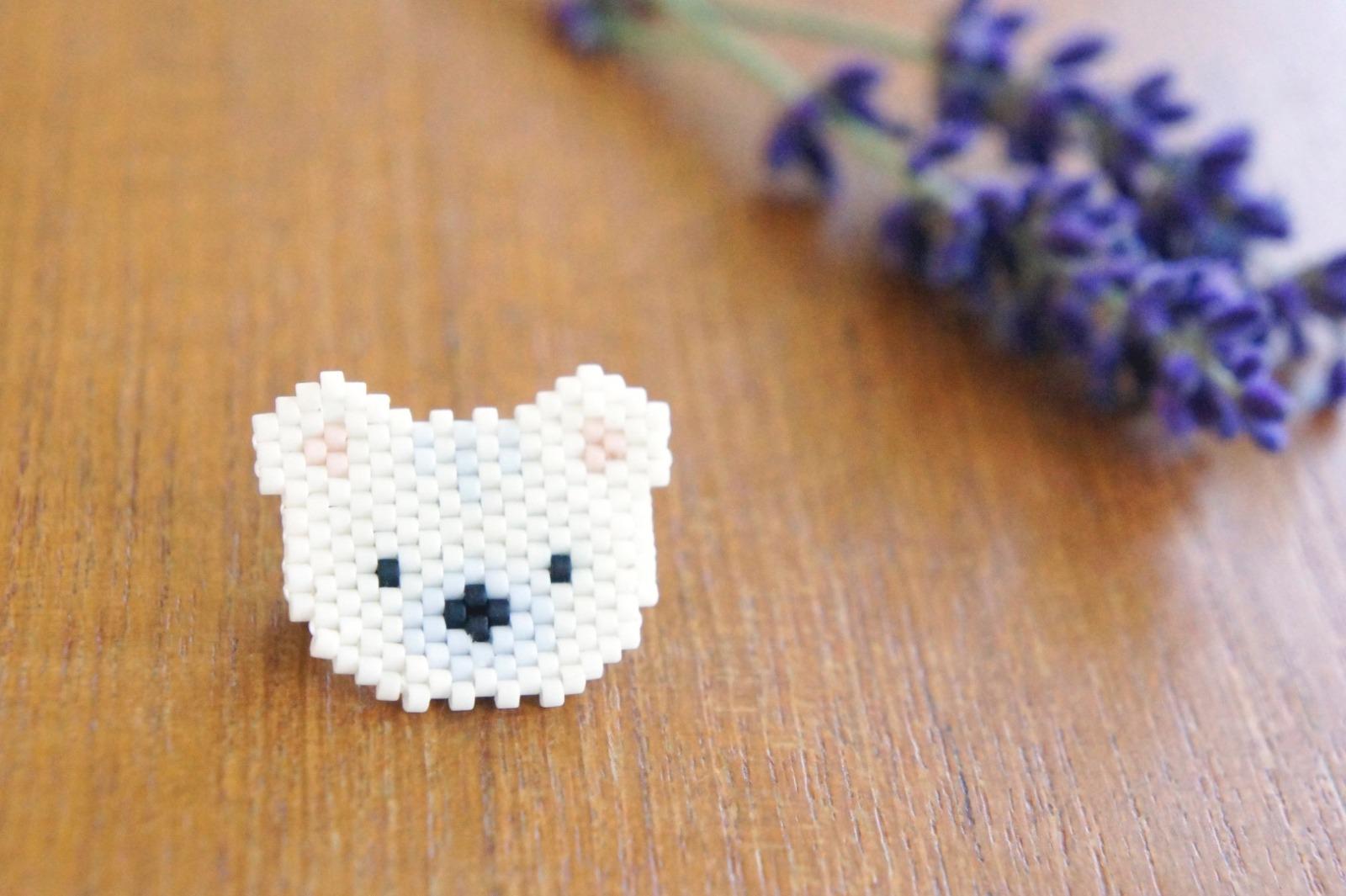 Brosche Pin Eisbär aus Miyukiperlen - 1
