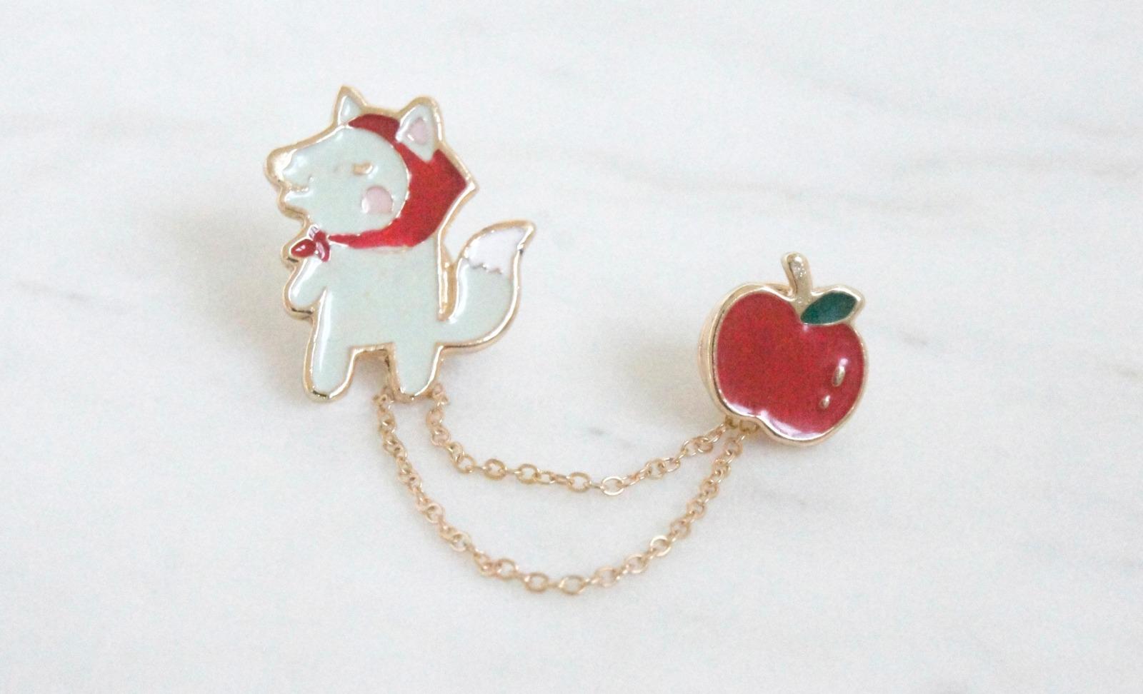 Brosche Pin Rotkäppchen mit Apfel 2