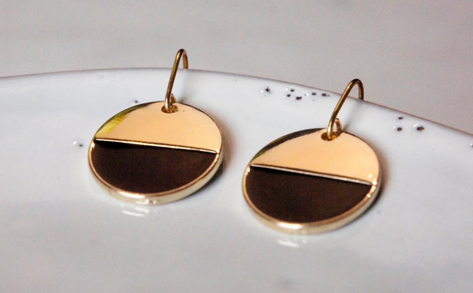 Grafische Ohrringe vergoldet mit Emaille schwarz - 1
