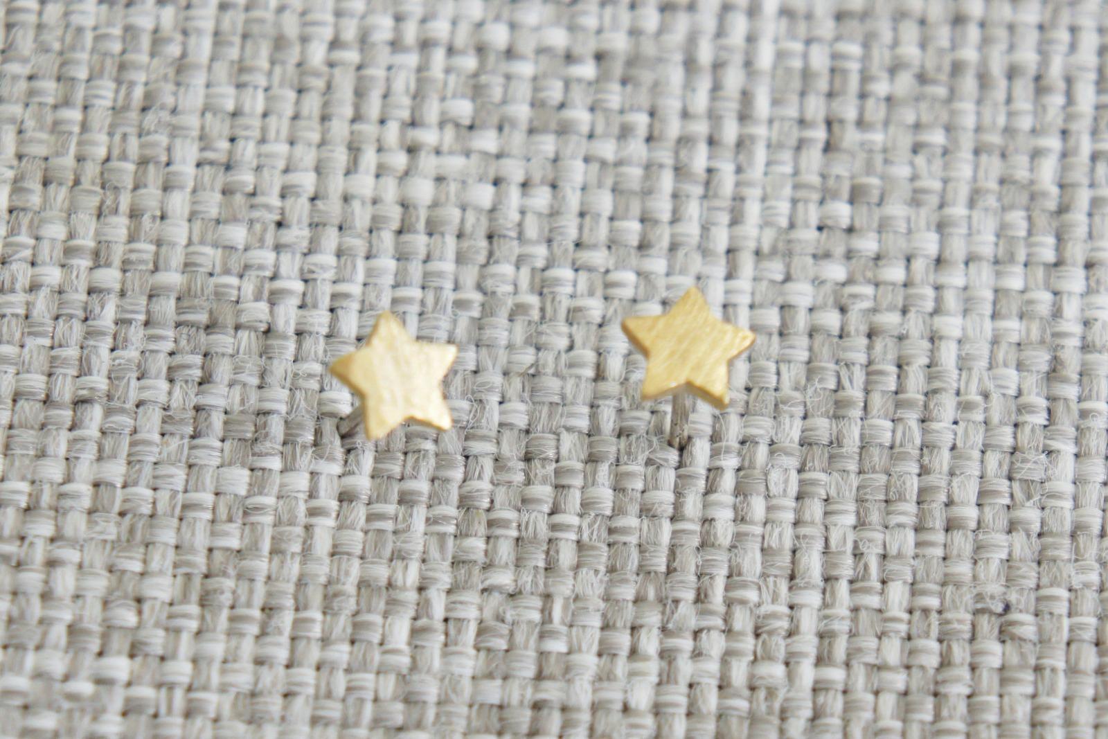 Kleine Ohrstecker aus satiniertem Messing Sternchen - 2