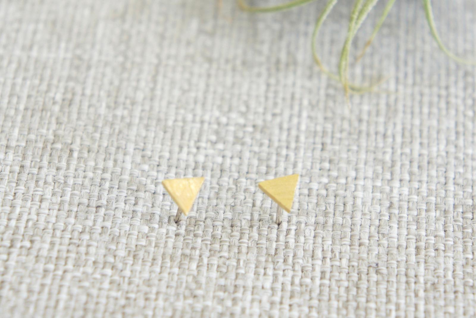 Kleine Ohrstecker aus satiniertem Messing Dreieck - 1