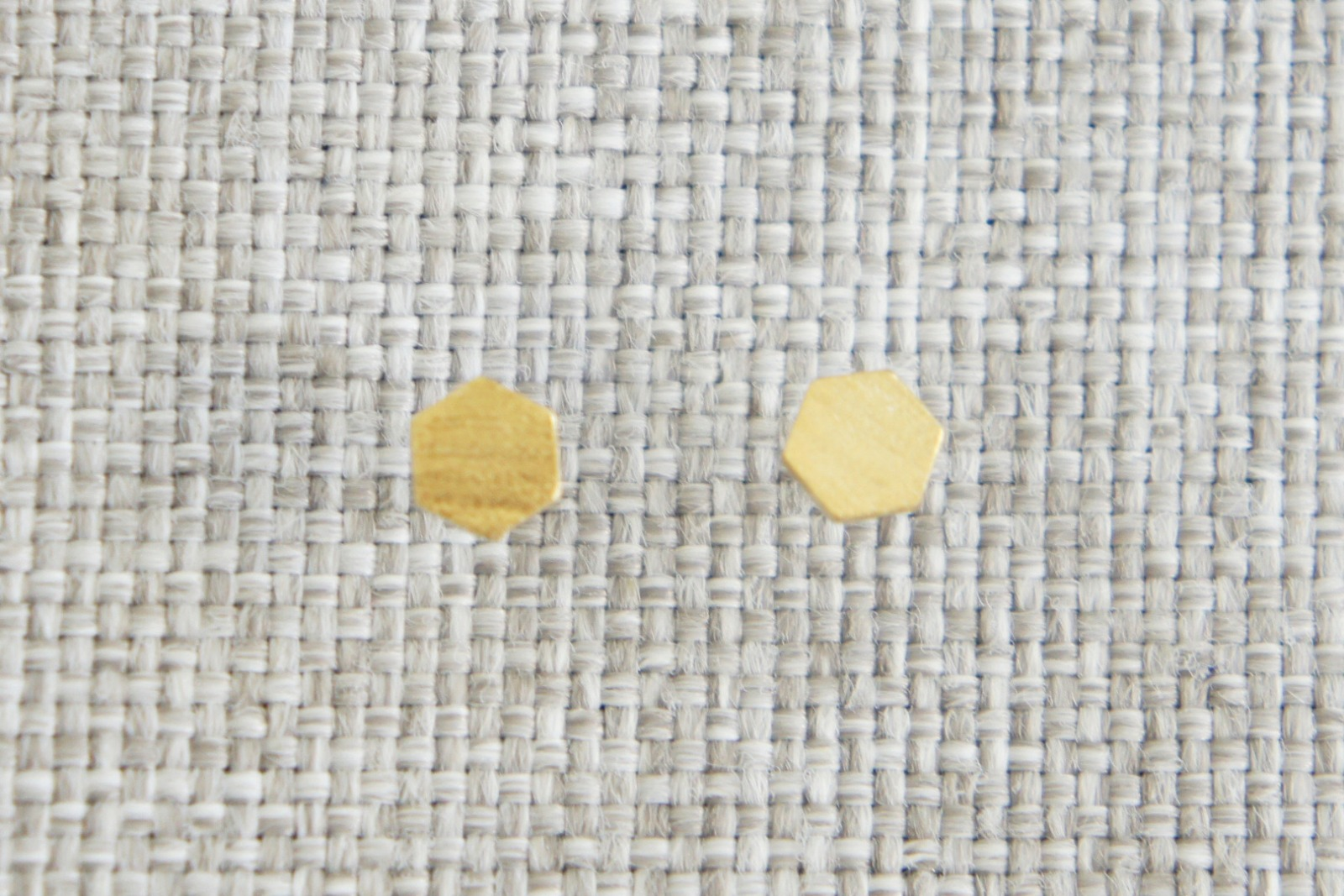 Kleine Ohrstecker aus satiniertem Messing Hexagon - 2