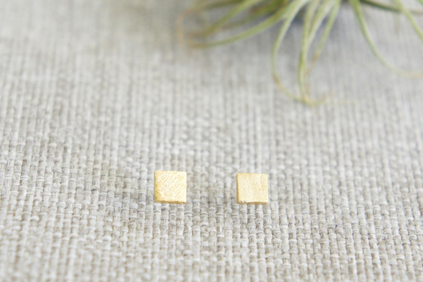 Kleine Ohrstecker aus satiniertem Messing Quadrat - 1