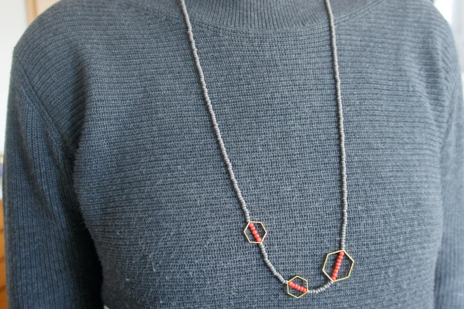 Kette Rocaillesperlen grau und rot mit