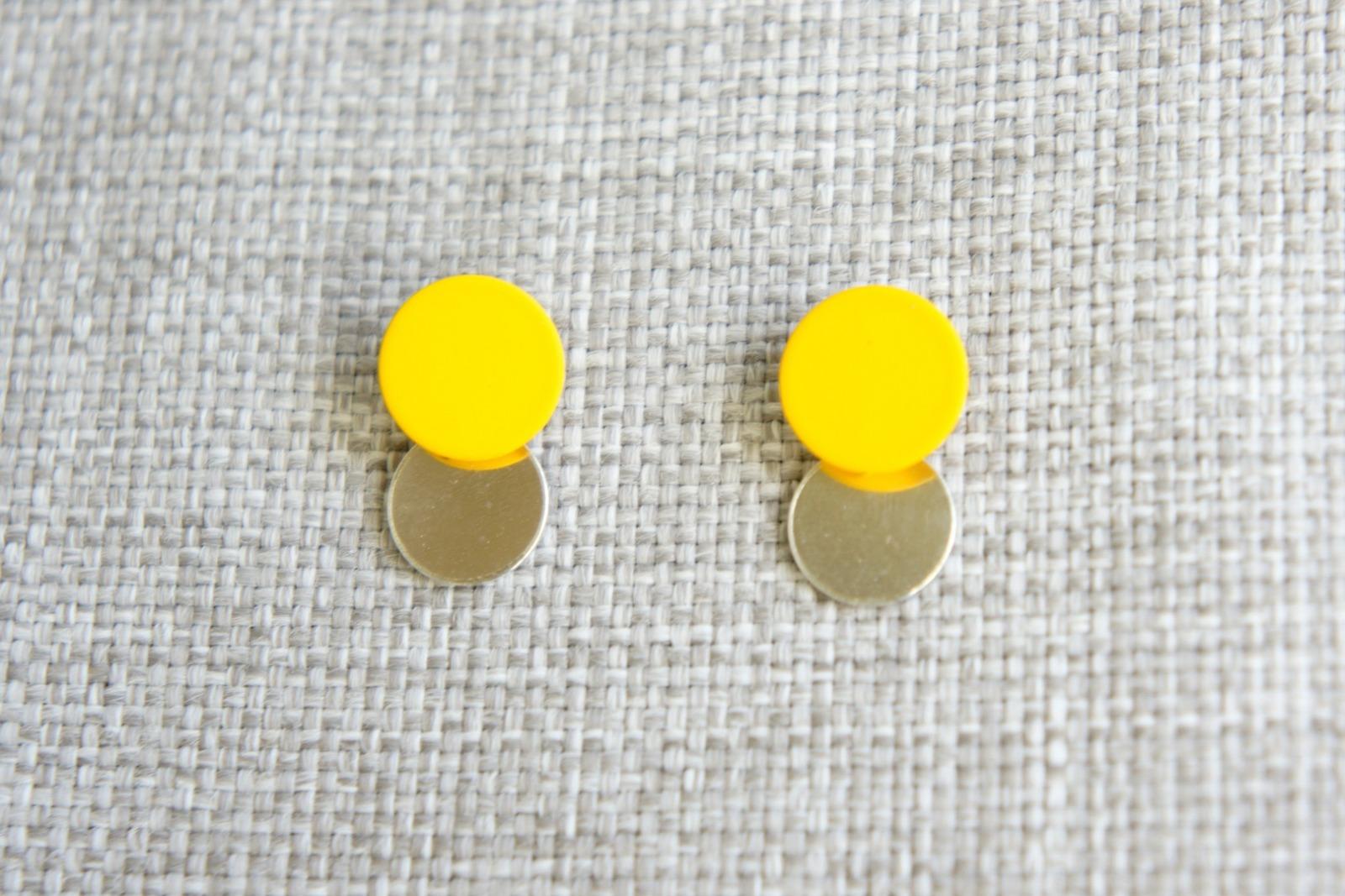 Runde Ohrstecker aus lackiertem Metall und
