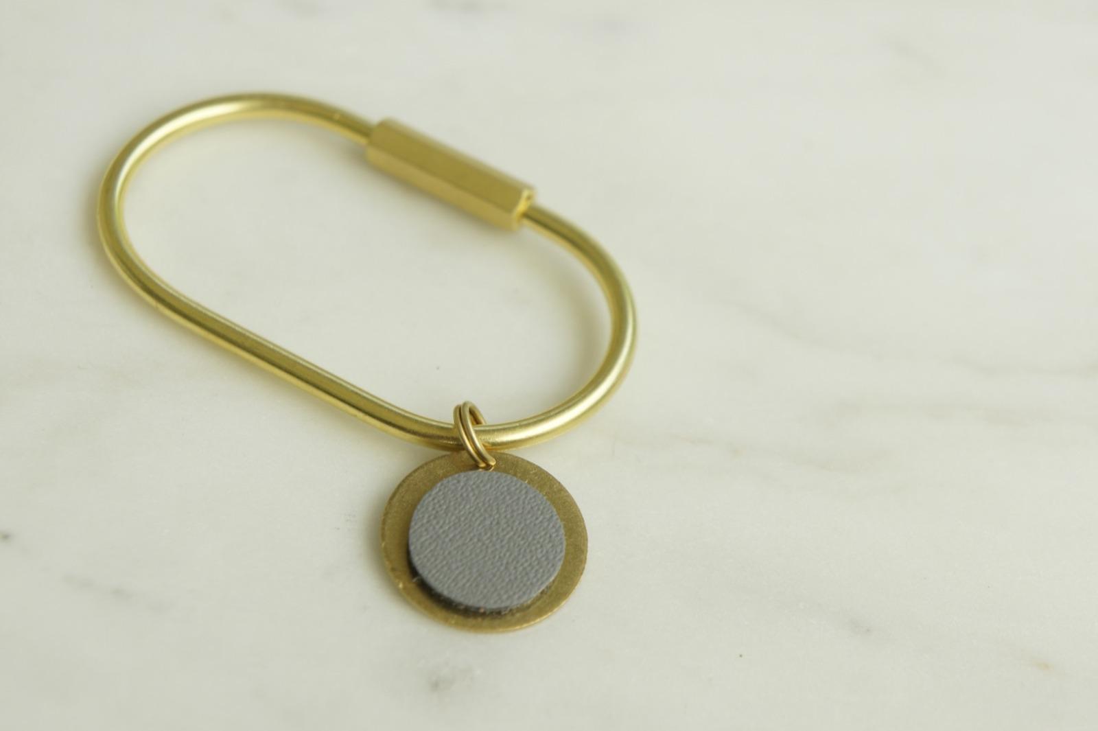 Schlüsselring Oval mit Anhänger grau